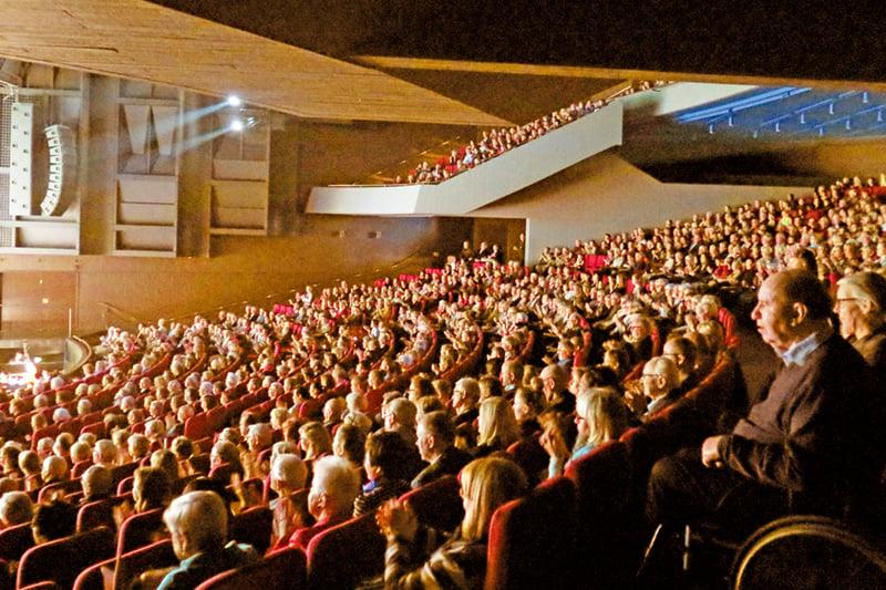 享譽世界的神韻藝術團在世界藝術之都巴黎觀眾如潮,3,700個座位的巴黎國際會議中心座無虛席。(大紀元)
