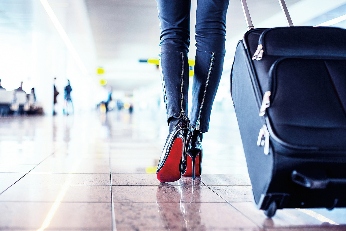 人們推或拉著有輪的隨身行李箱疾步向前走。有幾個人脫隊去上廁所,而我在想,他們是否跟我一樣在拖延時間,不想那麼早面對出入境櫃檯這堵屏障可能會帶來的未知命運。 (Fotolia)
