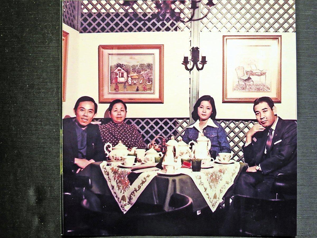 现任邓丽君文教基金会董事舟木稔(右一)于1973年任日本宝丽多唱片公司的主管时,到香港说服邓丽君到日本发展。图为邓丽君母女1973年首度抵日照。(舟木稔提供/中央社)