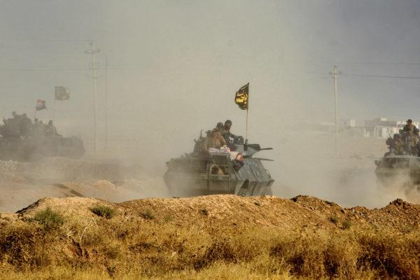 伊拉克主導的部隊已切斷摩蘇爾(Mosul)西側補給線,完全將伊斯蘭國孤立在摩蘇爾城內。圖為上月中聯軍向極端組織「伊斯蘭國」(IS)在伊拉克的最後一個據點摩蘇爾發起總攻擊的情況。(AHMAD AL-RUBAYE/AFP/Getty Images)