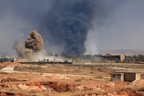 法國外交部長艾侯(Jean-Marc)今天表示,美國和波斯灣等支持敘利亞溫和反對派的國家,12月初將在巴黎開會。圖為阿勒頗的戰火。(GEORGE OURFALIAN/AFP/Getty Images)
