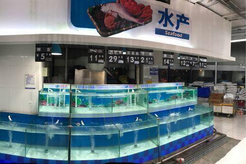位於北京海淀區萬壽路的物美超市魚缸中空空如也。(網絡圖片)