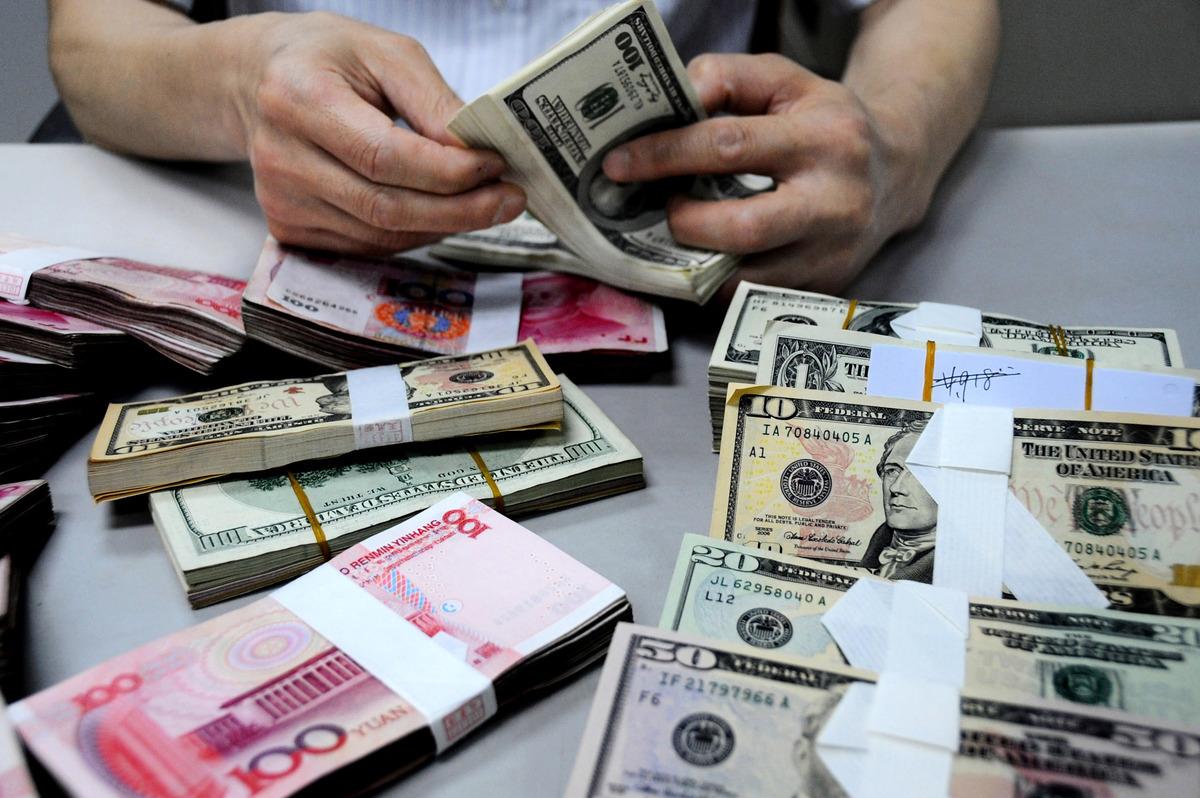 11月24日離岸人民幣跌破6.96,人民幣全球支付額跌出前五。(Getty Images)