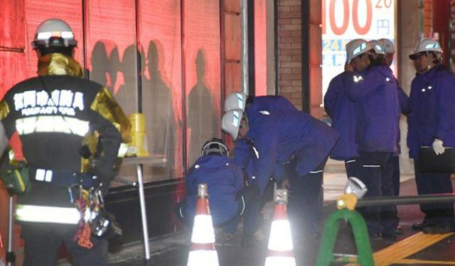 日本福岡市博多區的JR博多車站附近的道路26日凌晨實施定期監測時,發現有塌陷的情況。(中央社/共同社提供)