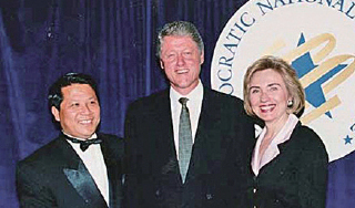 克林頓連任成功後,吳立勝出席白宮招待金主的盛宴,並與克林頓夫婦合照。