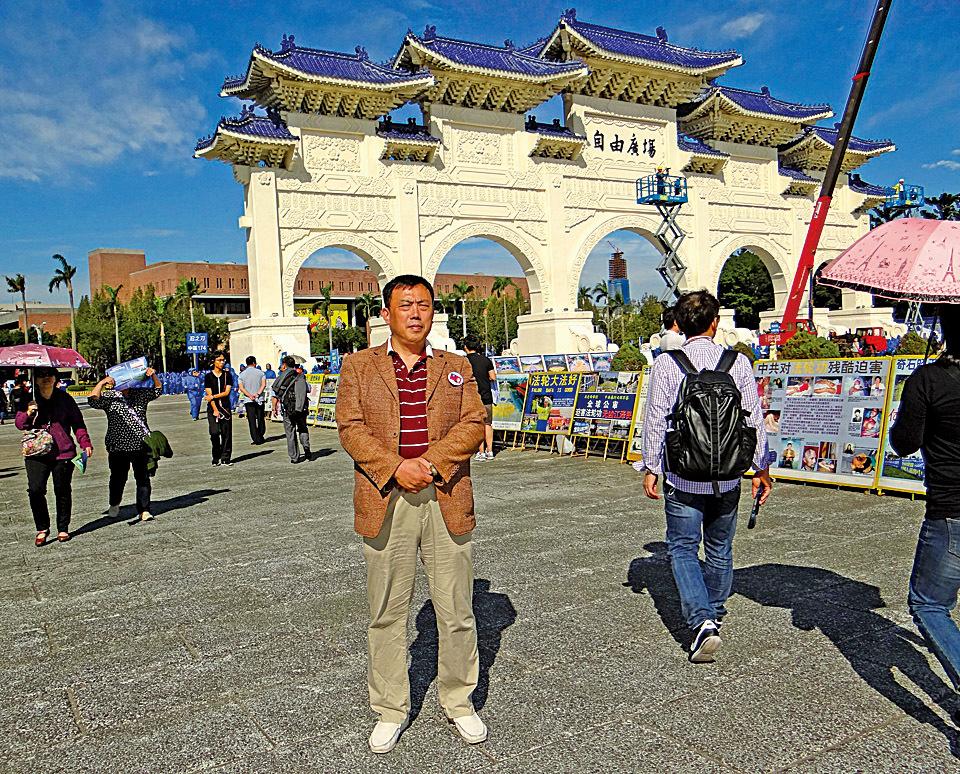 來自大陸的史庭福到台灣見到法輪功學員排字,令中共污衊言辭不攻自破。(戴德蔓/大紀元)