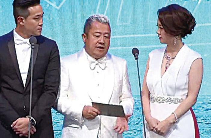 曾國祥、曾志偉及曾寶儀頒發新導演獎。(網絡圖片)