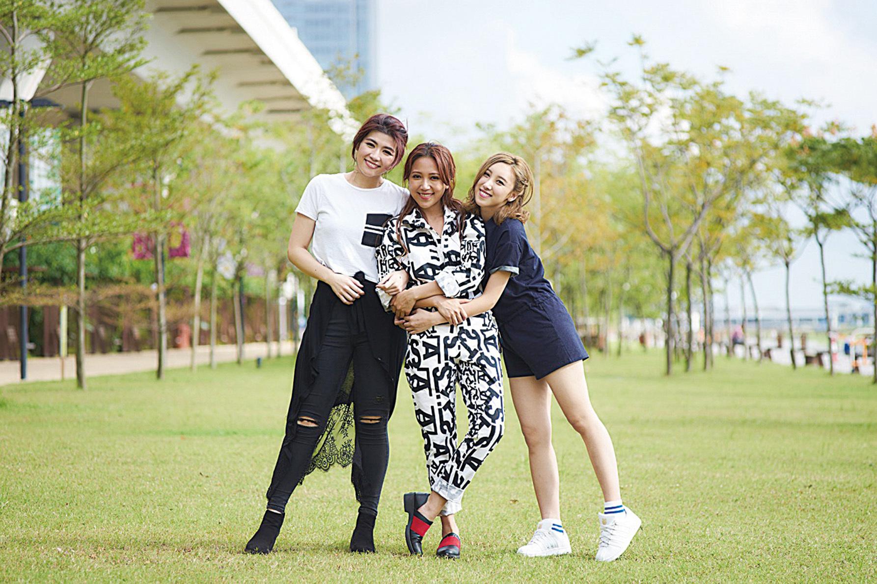 鍾舒漫、許靖韻、陳凱彤早前為飛行日合唱主題曲《我們仨》。(網絡圖片)