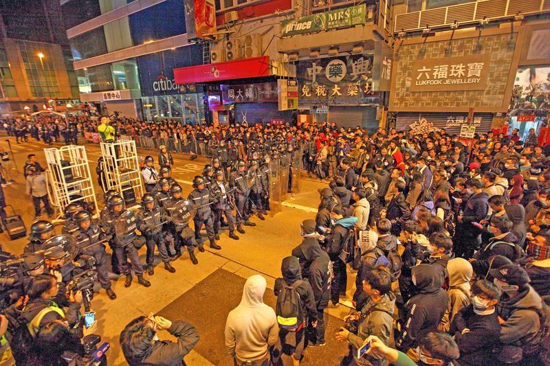 年初一旺角街頭警民衝突 警兩度鳴槍
