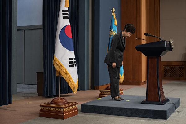 南韓媒體報道,調查總統閨蜜壟斷國政醜聞的檢察單位透露,青瓦台前附屬秘書鄭虎成被沒收的手機內發現的核心證據,令檢調人員對朴槿惠總統的無能,深感失望和憤怒。(AFP PHOTO / POOL / Ed JONES AND Ed Jones)