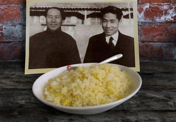 中共官媒為毛岸英的死因「蛋炒飯說」進行闢謠引來不少大陸網民的評論。有網民說,「蘋果可以生吃,雞蛋不能生吃,所以我還是更相信蛋炒飯。」(大紀元資料室)
