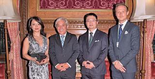 今年9月6日晚,應英國下議院議長John Bercow(左二)邀請,林耶凡主演、揭露中共活摘器官罪行的電影《血刃》在英國國會大廈議長塔國事廳內首映。(大紀元資料圖片)