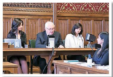 英國執政保守黨6月發表對華人權報告,提出要求調查中共活摘法輪功學員器官,林耶凡與前港督彭定康一同在發布會上發言。