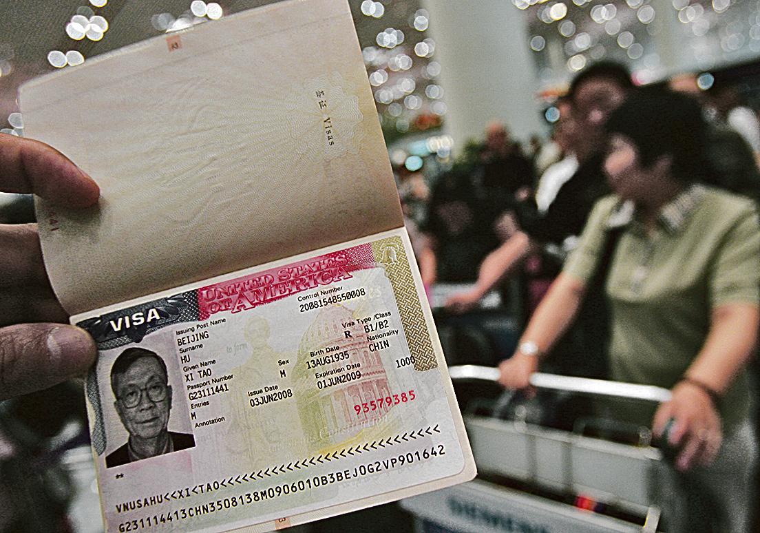 新疆當局要求所有居民向公安部門上繳護照。圖為中國護照。(Getty Images)