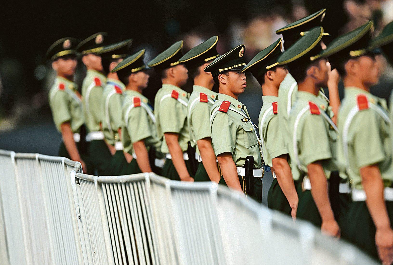 江澤民派系掌控的中央政法委曾一度坐大為「第二權力中央」。圖為在北京執勤的武警。(Getty Images)