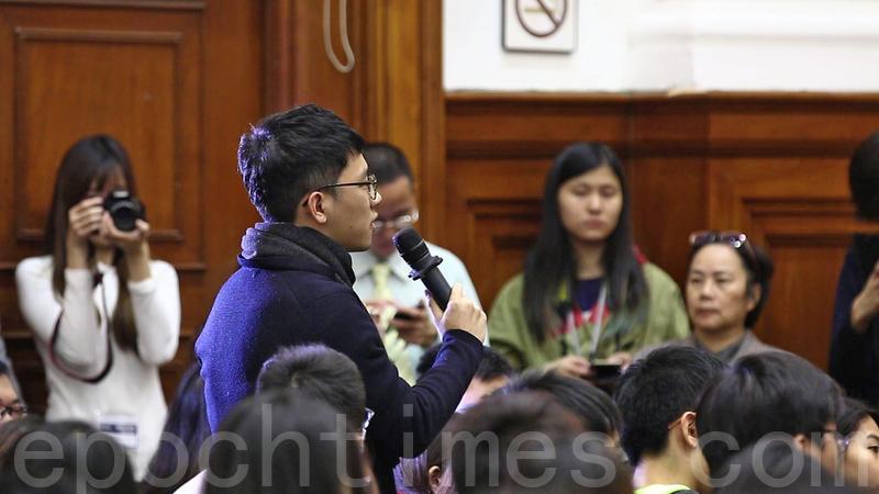 嶺南大學學生、香港眾志立法會議員羅冠聰昨日出席港大的講座,並向彭定康發問。(蔡雯問/大紀元)