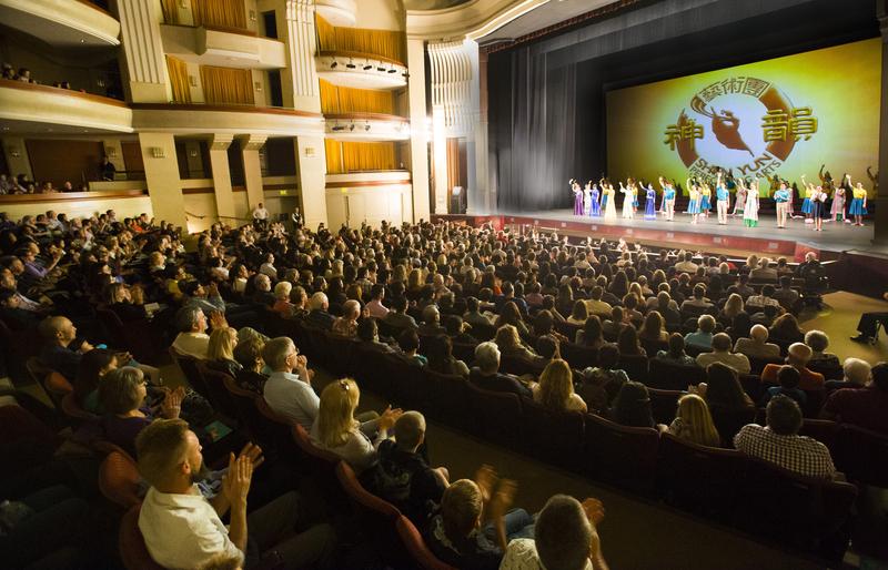 2015年神韻在加州藝術中心9場演出,場場一票難求。演出結束後演員們謝幕,觀眾報以熱烈鼓掌。(季媛/大紀元)