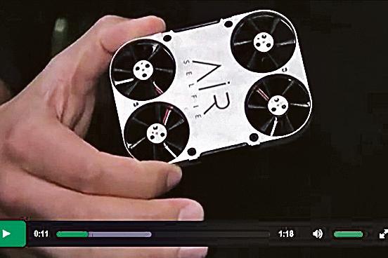 意大利AirSelfie公司推出的迷你自拍無人機,可放在手機殼中隨身攜帶。(視頻擷圖)