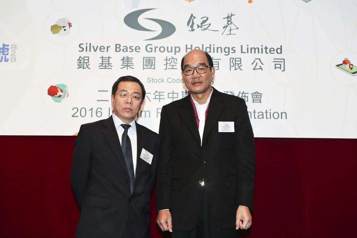 左起銀基集團財務總監王晉東、主席梁國興。(余鋼/大紀元)