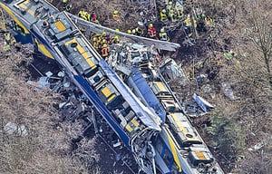 德火車高速對撞 10死81傷
