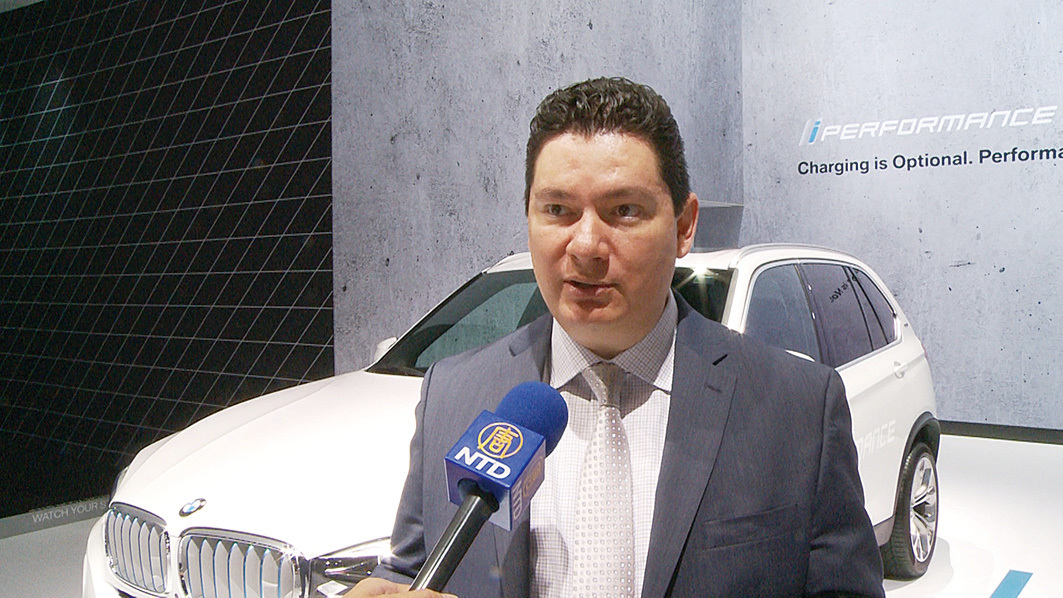 Infiniti資深產品專員托可 (Peter Tocco) 介紹該公司開發的可變壓縮比發動機。(楊陽/大紀元)