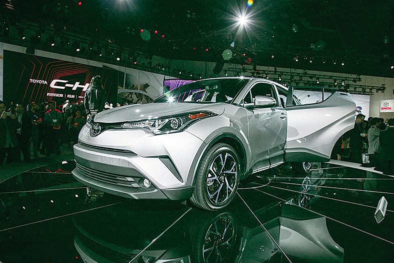 Toyota在2016洛杉磯車展上發表了最新的小型跨界車C-HR。(曹景哲/大紀元)