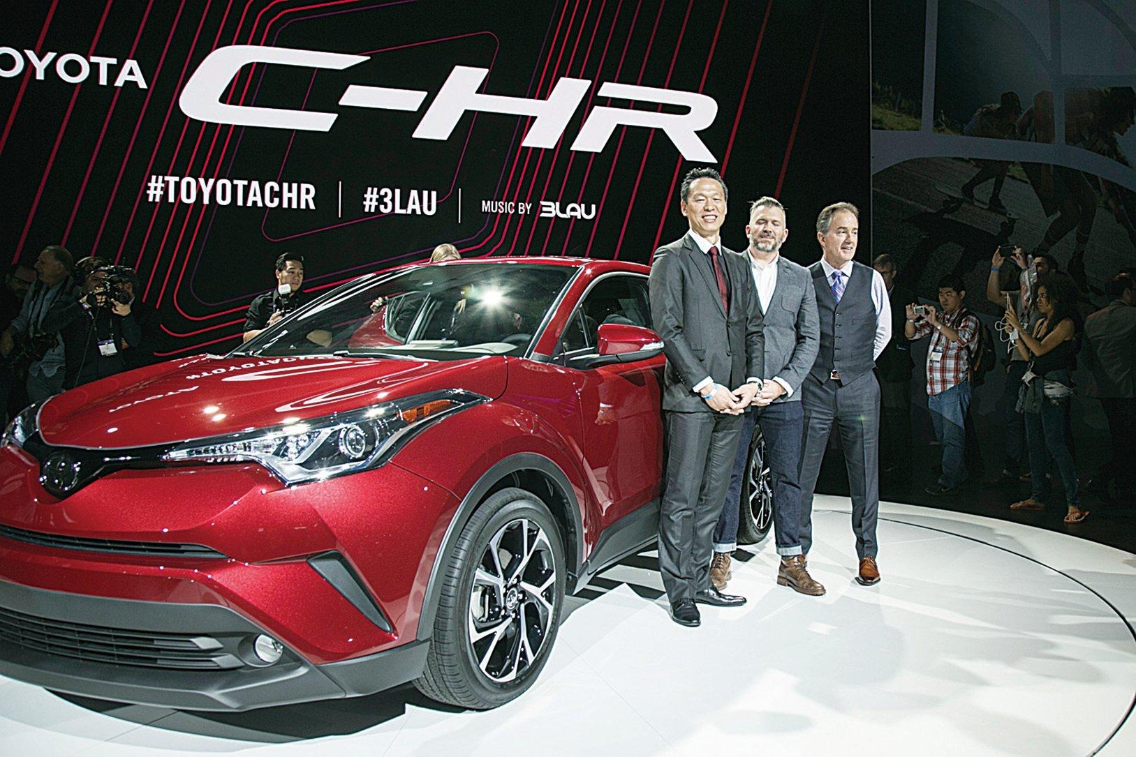左起:項目總工程師古場博之、外型設計師Ian Cartabiano及豐田副總裁Bill Fay在洛杉磯車展的C-HR發佈會上。(曹景哲/大紀元)