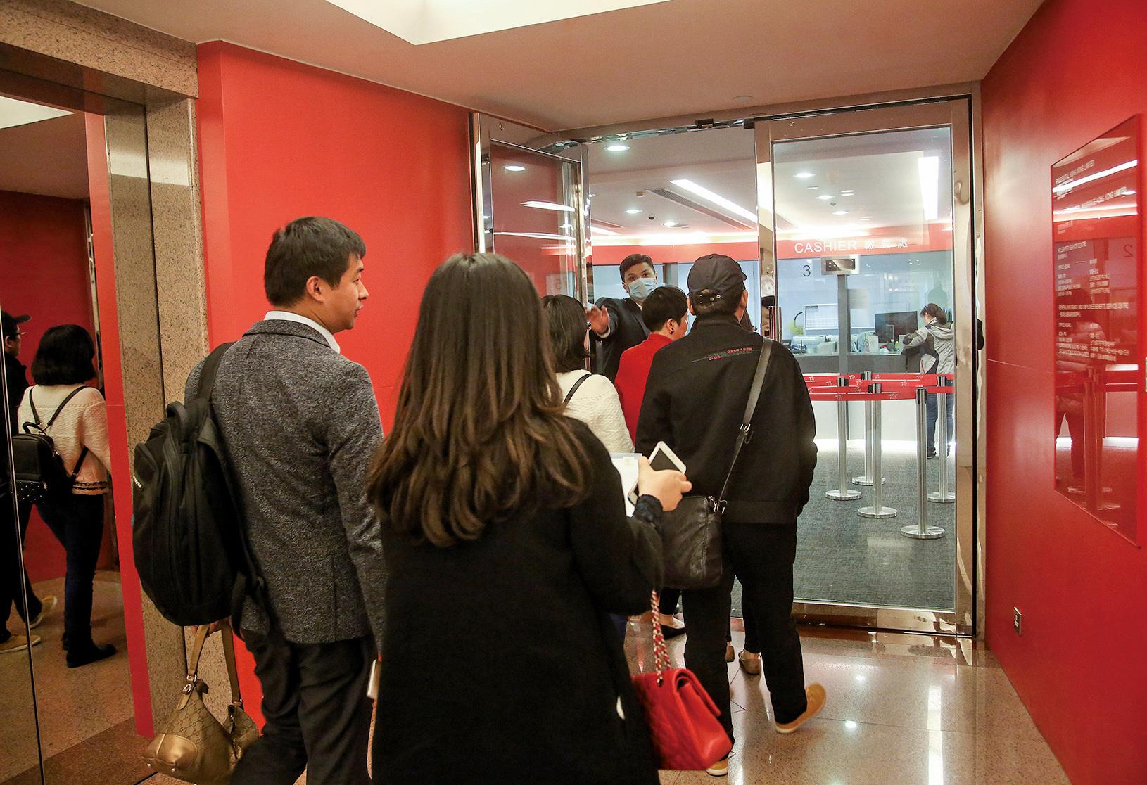 據保監處數據,第三季個人業務總新造保單保費升至508億元,當中大陸客貢獻按年更飆升近1.6倍至188億元,佔比為37%。圖為早前大陸人排隊來香港購買保險。(大紀元資料圖片)