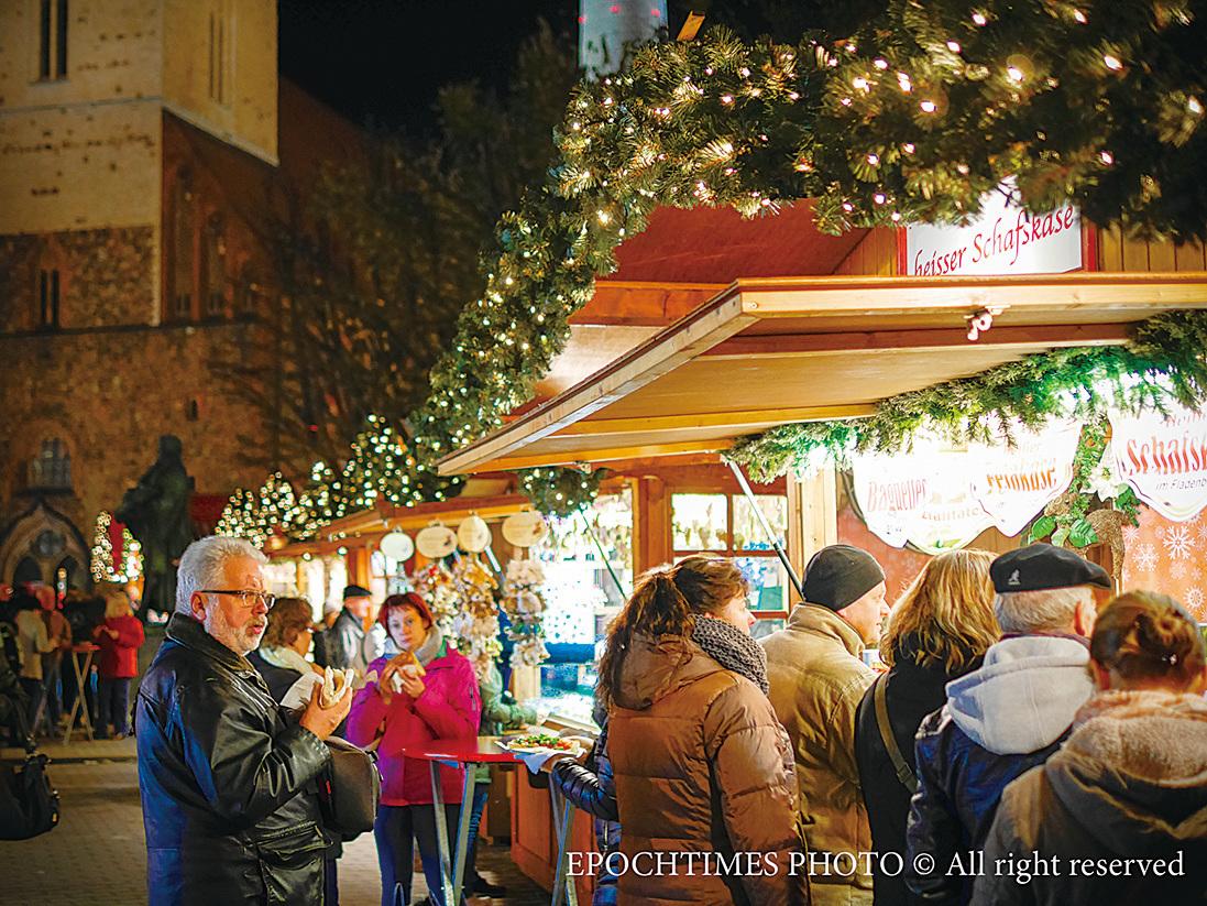 市集節日氣氛濃郁,寒冷天氣下的人們仍然興致勃勃。不同的攤位前都有人在排隊。(圖/清颻)