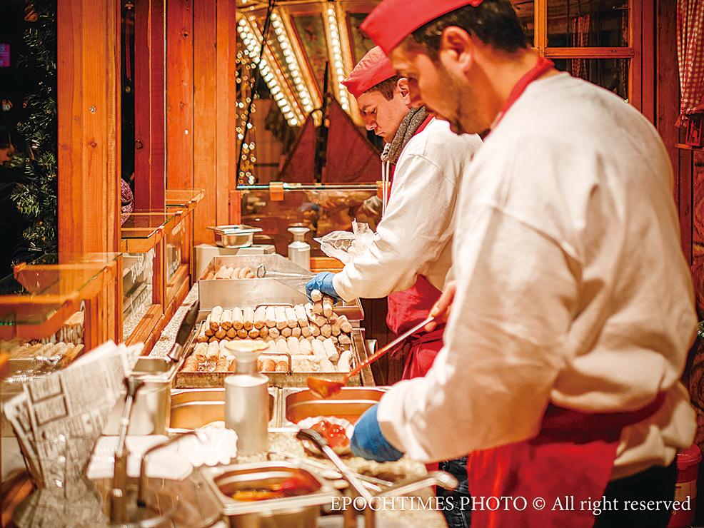 廚師們在忙著準備美食。(圖/清颻)