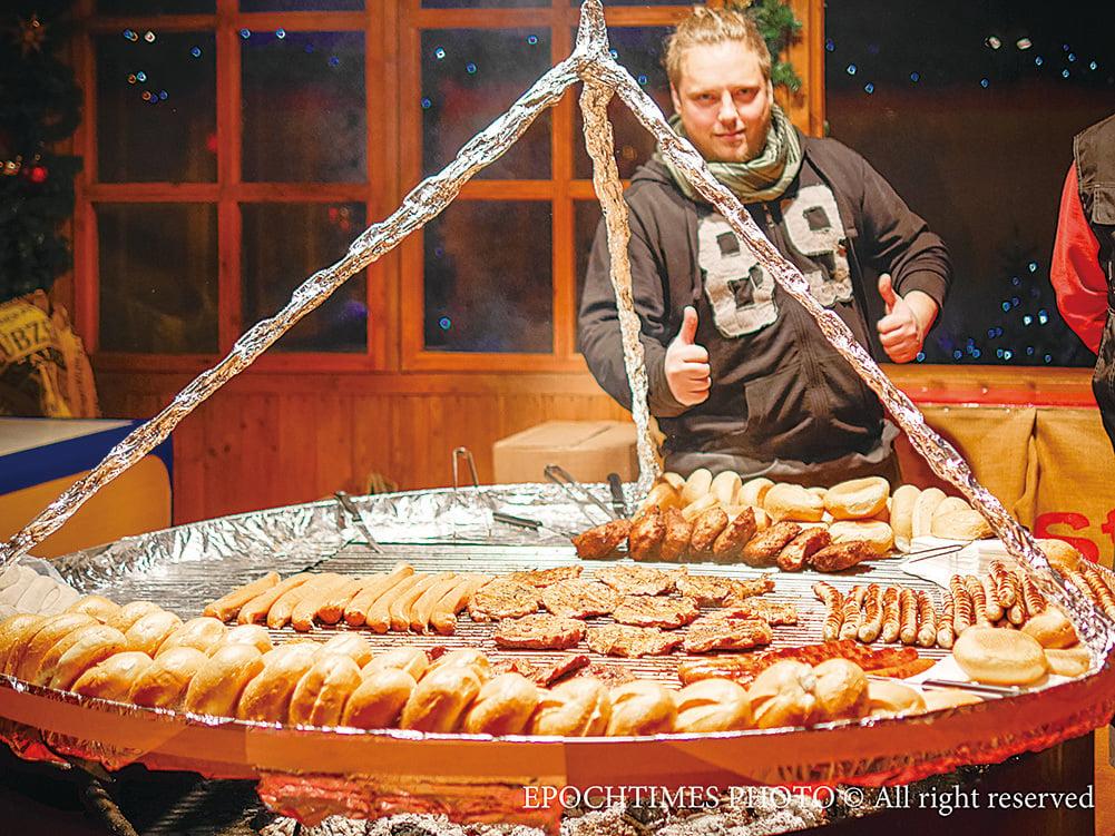 德國風味烤腸十分美味,遊客舉起大拇指稱讚。(圖/清颻)