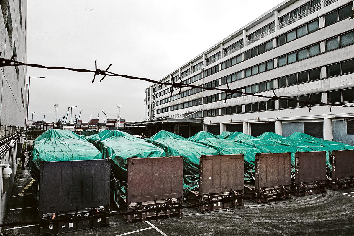 11月23日,香港葵涌碼頭查獲了9輛被布料遮蓋的裝甲車,而這些裝甲車來自一艘從台灣開往新加坡的貨輪。(Getty Images)