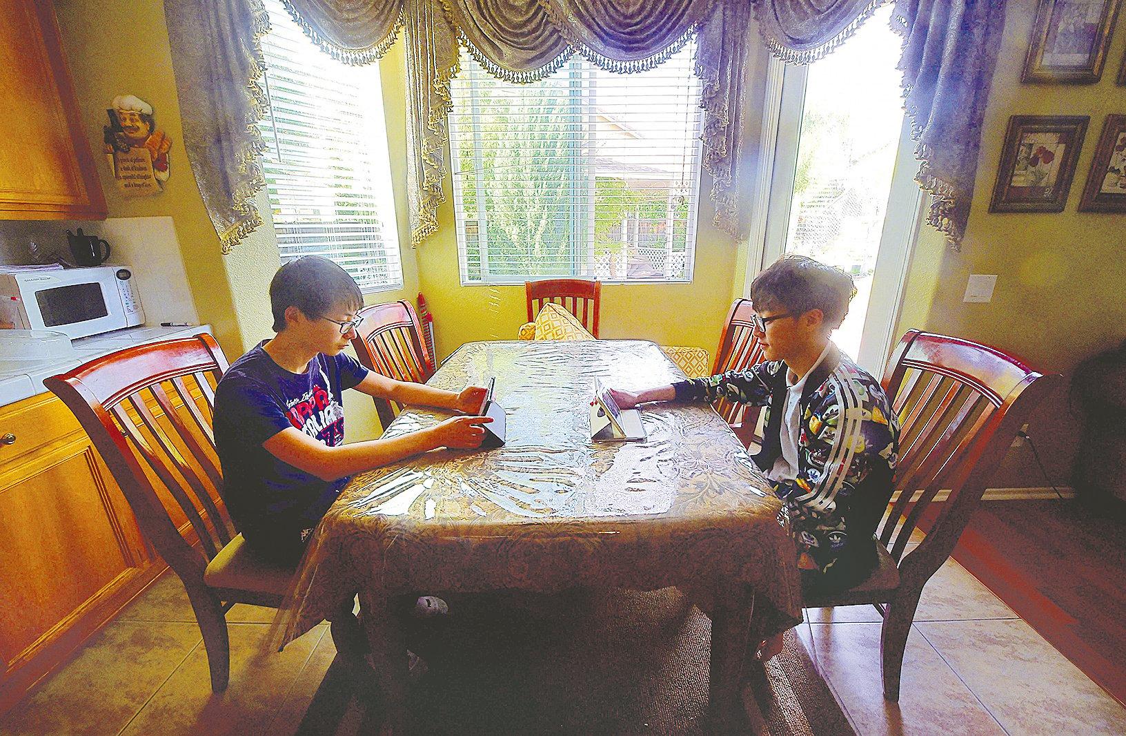 大陸電視劇《小別離》描述中國父母,不顧一切地送子女到美國讀高中。值得深思的是,把子女變成小留學生,這真是為他們著想,還是反而斷送他們的未來。(AFP/Getty Images)