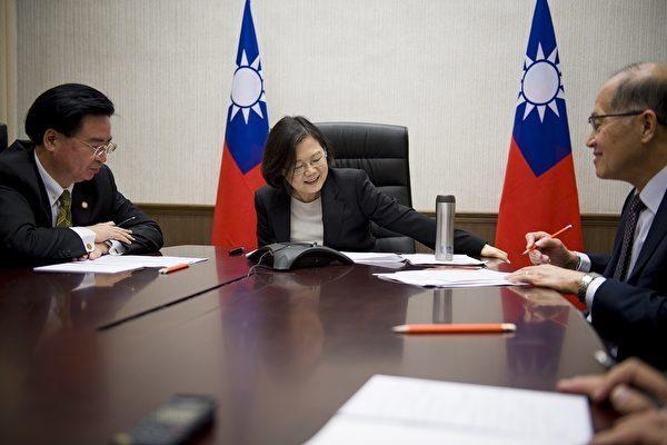 中華民國總統蔡英文在12月2日(美國時間)與美國總統當選人特朗普通話,她向特朗普表達祝賀之意,並期盼台美密切合作。(大紀元資料室)