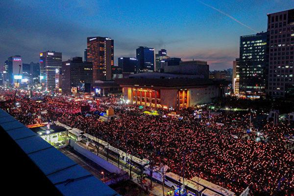 據報道,新世界黨非親朴陣營因3日南韓展開大規模燭光集會,以及地區民心等原因,最終一致決定參與彈劾表決。(全景林/大紀元)