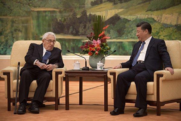 12月2日,習近平在人民大會堂會見了93歲的美國前國務卿基辛格。(Nicolas Asouri – Pool / Getty Images)