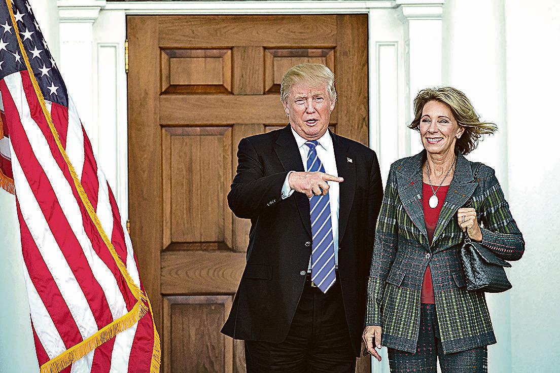 獲特朗普(左)任命為新一屆美國教育部長的德沃斯(右),主張以傳統道德為基礎的教育方式,預料會為美國教育界帶來革新。(Getty Images)
