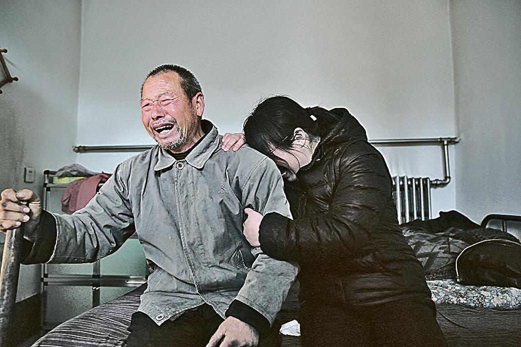12月2日,河北石家莊,在得知聶樹斌被改判無罪的結果後,聶樹斌父親與聶樹斌姐姐放聲大哭。(大紀元資料室)