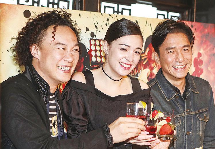 (左圖)一眾演員出席電影《擺渡人》的宣傳活動。(余鋼/大紀元)