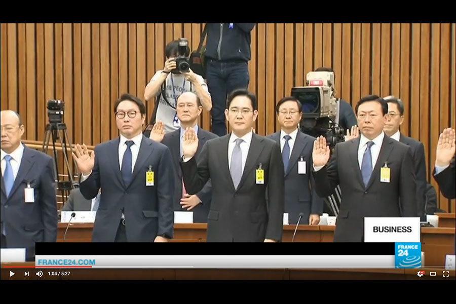 南韓國會今日(6日)就「親信門」干政事件舉行國政調查特別委員會聽證會,包括三星電子、樂天、現代及LG等南韓八大企業會長全部親自出席,接受朝野國會議員質詢。(視像擷圖)