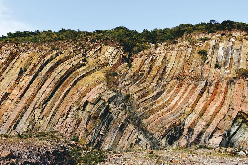 位於東壩下方的地標,彎曲的六角岩柱牆,中間有個人形裂痕,地下岩漿沿著裂縫入侵,冷卻後形成深灰色的侵入岩牆。
