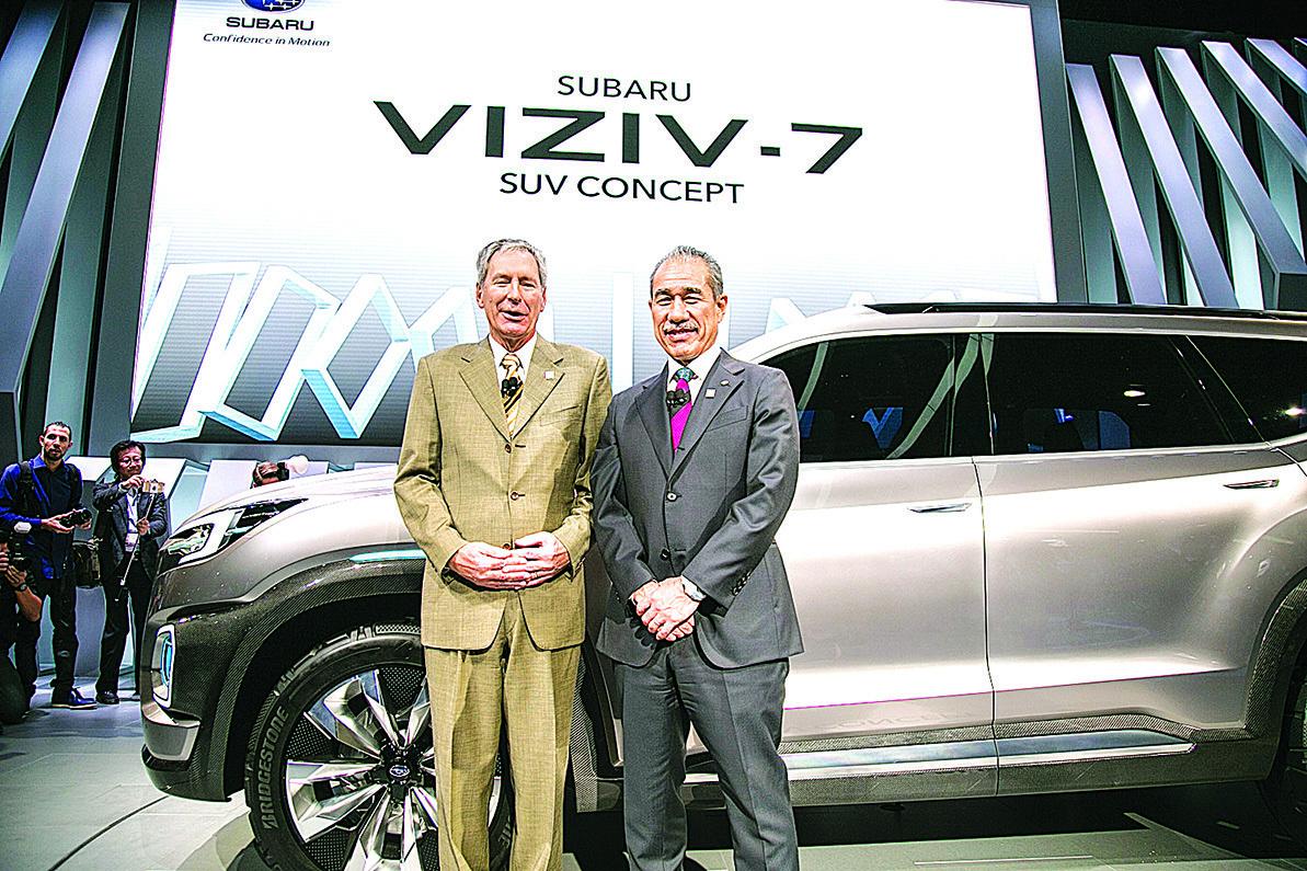 富士美國公司首席運營官Tom Doll和執行長Takeshi Tachimori在Viziv-7前合影。(曹景哲/大紀元)