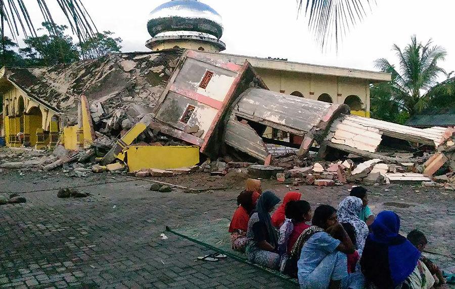 印尼蘇門答臘島北部亞齊省(Aceh)外海12月7日發生黎克特制6.5級強震,造成逾百人喪生。(ZIAN UTTAQIEN/AFP)