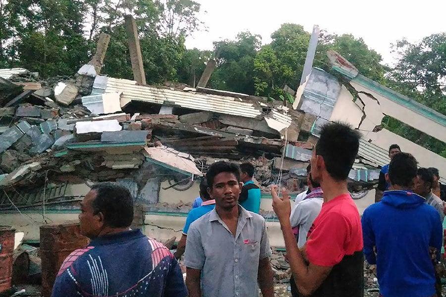 印尼蘇門答臘島北部亞齊省(Aceh)外海7日發生規模6.5強震,目前已造成過百人喪生。(ZIAN MUTTAQIEN/AFP)