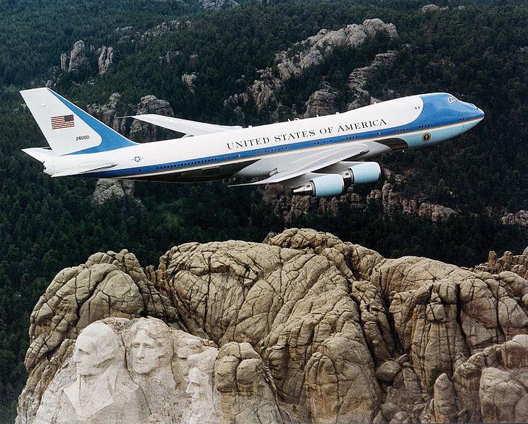 美國波音公司正在為未來的總統打造嶄新的747-8空軍一號,但候任總統特朗普嫌太貴喊卡。圖為現役中的空軍一號。(維基百科)