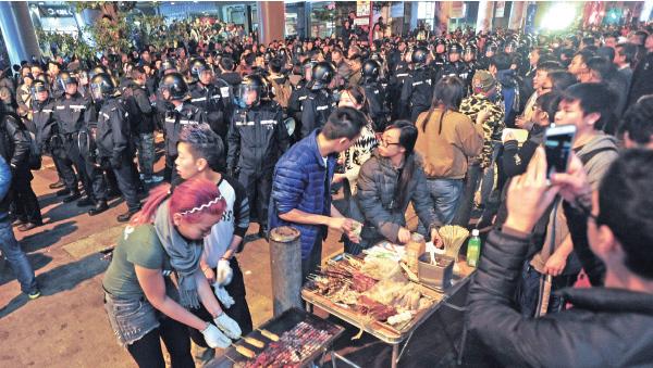 旺角年初一晚至年初二早上發生嚴重流血衝突,事件原由市民支持小販在新年期間擺賣演變而成。(大紀元資料圖片)
