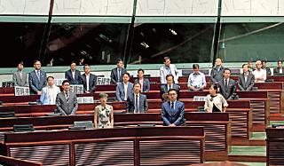 28名非建制派議員上月初以站立形式支持通過設專責委員會查梁振英UGL事件。(大紀元資料圖片)