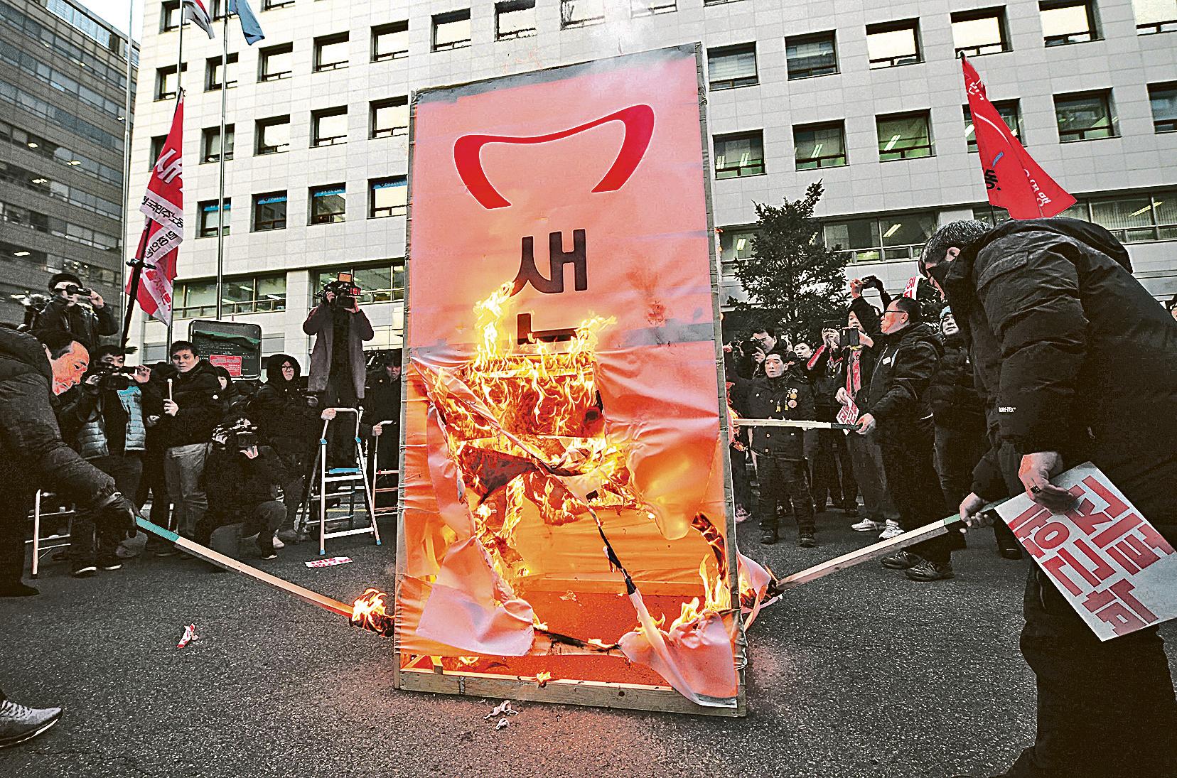 南韓5千名民眾,聯名向朴槿惠提出訴訟,指控朴的不法行為造成精神傷害,要求給予每人50萬韓圓的精神賠償。圖為南韓民眾抗議朴槿惠。(Getty Images)