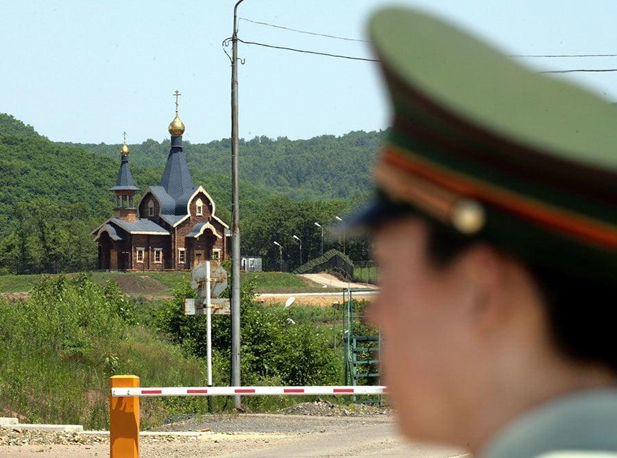 圖為黑龍江省綏芬河市,中俄邊界的崗哨。(GOH CHAI HIN/AFP)
