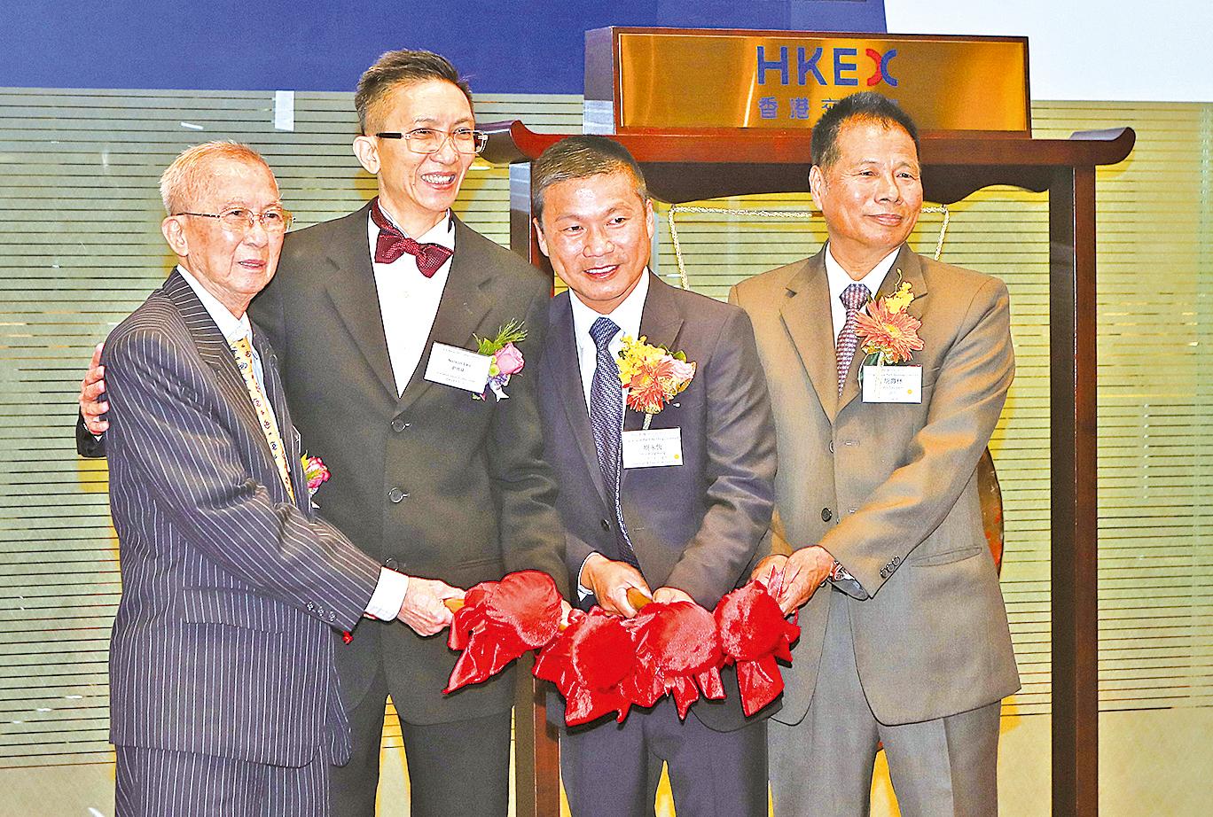 室內設計裝修工程服務商K W NELSON GP主席劉經緯(左二),進昇主席兼執行董事胡永恒(右二)。(余鋼/大紀元)